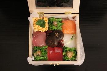 パズルを美しく完成させるような、ワクワク感がたまらないモザイク寿司。作る人も食べる人も気分が上がる、素敵なメニューですね。そして、なんといっても簡単なのがうれしい。日々の暮らしに取り入れたい、さりげなく贅沢なお寿司です♪