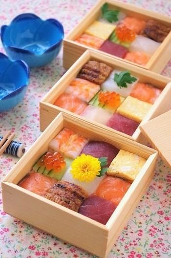 一人用の箱に詰めるのも、食べやすくていいですね。可愛らしくて、まるで宝石箱のような美しさ♪手巻き寿司の残りで作っているんだとか。そうは見えませんね。