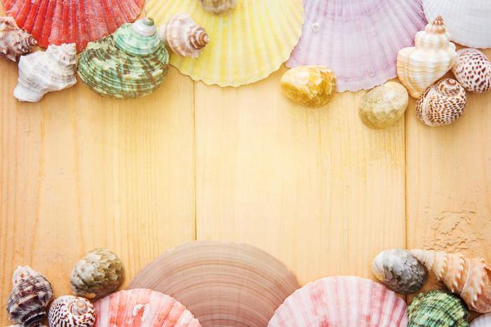 爽やかな海を連想させる貝殻や流木や、キラキラとした透明感が涼しげなガラスを使ったインテリアをご紹介します。