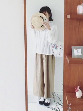 ふわっとしたシャツとゆったりパンツが涼しげなスタイル。巾着バッグの刺繍がシンプルなスタイルに花を添えてくれます。