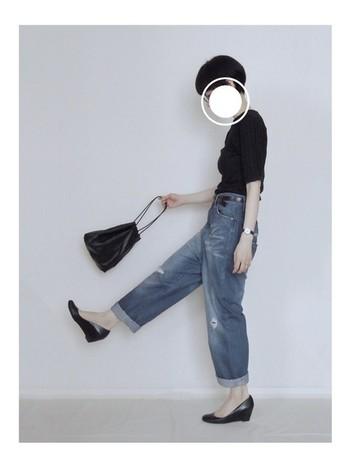 黒とデニムでまとめたシンプルコーデ。小ぶりな巾着バッグを合わせて、すっきりとスマートな印象が大人っぽくてオシャレです。