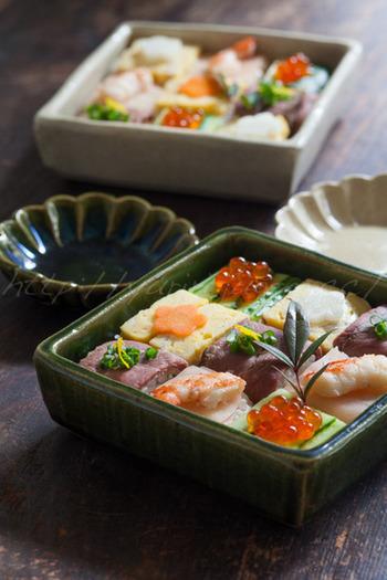 鴨ロースに小ネギと柚子、だし巻き卵に人参の甘酢漬け、そして新生姜にエビのうま煮などを組み合わせた、さりげなく贅沢なモザイク寿司。お肉が入るとボリューム感も増しますね。こちらは、押し寿司を切って組み合わせる方法で作っています。