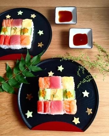 ひな祭りやお花見のほかにも、七夕やお月見など日本には伝統的な行事がいっぱい。そんなイベントに合わせて、季節感やその行事ならではのモチーフを盛り込んだモザイク寿司を工夫するのも素敵♪