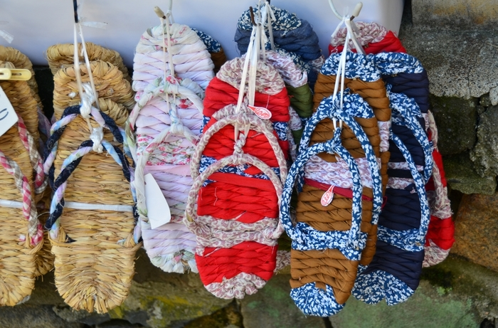 「布ぞうり」は、わら草履の素材である藁の変わりに布で作ったもの。 夏は素足でOKの履物がきもちいいですよね!
