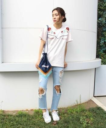 ビーズのフリンジと配色が可愛い巾着バッグをポイントに、ダメージデニムとTシャツで合わせたラフスタイル。アクティブな日もOKなコーディネートです。