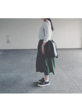 コロンとキュートな見た目なのにたっぷり入る、おすすめの巾着バッグと真似したくなる素敵コーディネートをご紹介しました。シックなレザー派?カラフルなファブリック派?まずは1つ自分スタイルに合うものを見つけてくださいね♪
