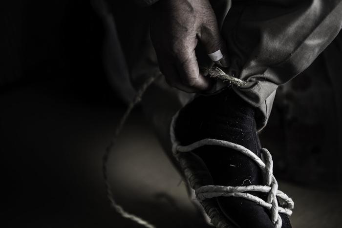 時代劇などで見たことがある「わらじ」。昔、旅人などが履いていたわらじは、足型に合わせて藁を編んで作られた履物でした。