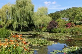 ジヴェルニーの空の青さを映す水面と、豊かな花々の色彩は今でも訪れる人を魅了し続けます。