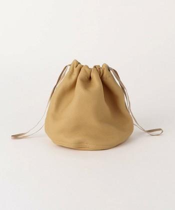上質レザーが大人っぽさのあるFILL THE BILL(フィルザビル)の巾着バッグ。小ぶりな巾着バッグはお財布とスマホ、ちょっとしたコスメなど必要最低限のものをポイッと入れて身軽にお出かけできちゃうのが◎。