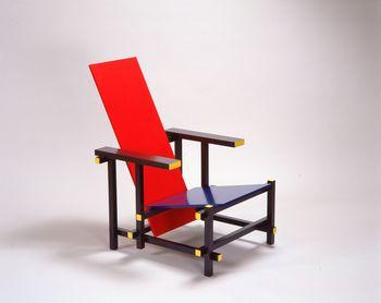 絵画などのほかに、椅子やポスターのコレクションも充実。こちらは代表的な収蔵作品の1つである、オランダの建築家リートフェルトがデザインした椅子。建築理論の根本的な変化を提示することになった伝説のフォルムの美しさを、ぜひ間近で堪能してください。 ヘリット・トマス・リートフェルト「レッド・アンド・ブルー」(1918-23年 製造:1990年代)富山県美術館蔵