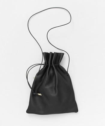 やわらかな天然皮革でできたspace craft(スペースクラフト)の巾着バッグ。 紐の長さを調整可能で、ショルダーにも、短くして肩掛けや手提げとしても使えます。また、口をあえて絞らずに折って使えばクラッチバッグのようにも。気分やコーデで色んな楽しみ型ができるのは魅力的ですよね。