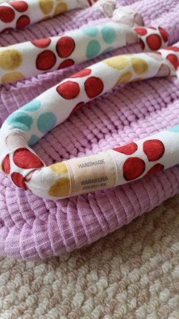 コットンリブの素材を使って編み上げた、素足が気持ちいい布ぞうりです。天(足の裏をのせる部分)のピンクと、鼻緒のお花のような模様の組み合わせがとってもキュート。オリジナルタグもを付けた草履もアクセントに♪