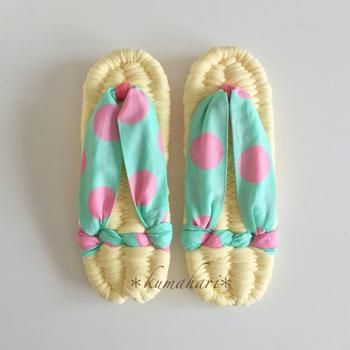 大きめのドット柄が可愛い作品。鼻緒は布そのままの形を活かしているので、足にぴったりフィットしてくれそうです。