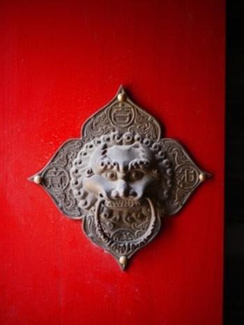 門扉之獅・・・獅子の顔をモチーフにした門扉の引き手。獅子が引き手の輪を口にくわえる面白いデザインですね。