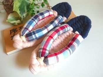 草履なのにトラディショナルな雰囲気を醸し出してくれるマドラスチェック柄。老若男女を問わずに履けるデザインです。
