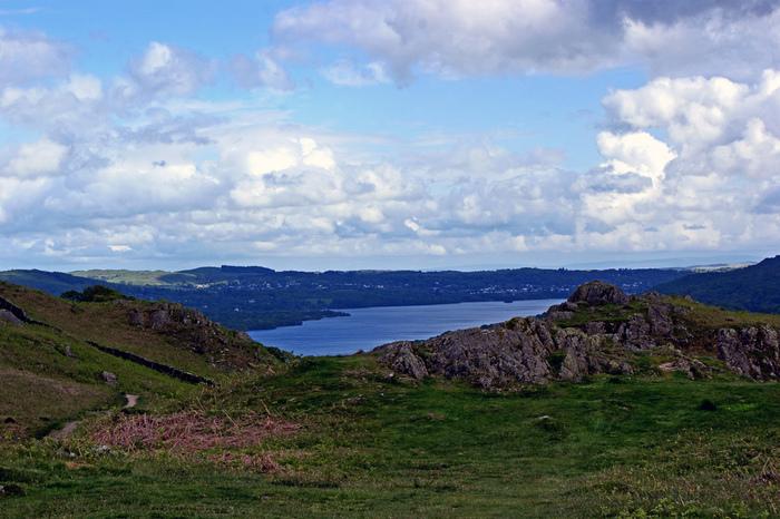 湖水地方の玄関口に位置するウィンダミア湖は、イングランド最大面積の湖です。長さ17メートル、横幅1.6キロメートルの氷河湖の周囲には、360°どの角度から見ても絵になる素晴らしい景色が広がっています。