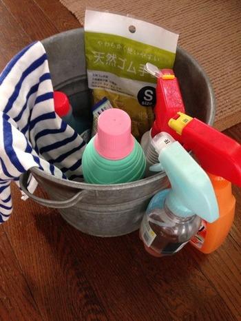 いざ「お掃除しよう!」という時に、道具をあちこちから集めているとそれだけで面倒な気分になってしまうかも。こんなふうにあらかじめお掃除セットを作っておけば、家のどこを掃除するときにもこれひとつ運んで行けばOKです。