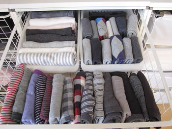 下着や靴下などは畳んだら左から入れ、使うときは右から使うという風に決めておくと満遍なくアイテムを使っていくことができます。靴下は収納ケースの高さに合わせて折るように畳むといいですね。
