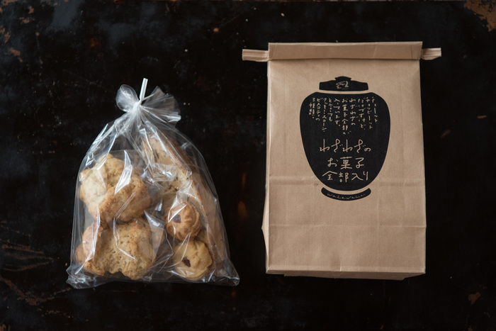 「わざわざ」は、長野県の山にたたずむ小さなパンと日用品のお店。わざわざのパンは、店主と4人のスタッフで丁寧に薪窯とガス窯で焼き上げられています。「わざわざのお菓子全部入り」は、ふつうのクッキーやスコーンを詰め合わせたセット。パッケージとお菓子から、優しさと温もりが感じられますね◎