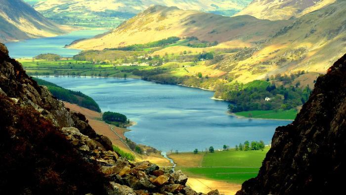 湖水地方とは、イングランド北西部に位置するウェストモーランド・カンバーランド郡とランカシャー地方にまたがる地域です。なだらかな渓谷沿いには無数の湖が点在しており、風光明媚な景色が広がる地としてイギリス国内外から大勢の観光客がこの地を訪れています。