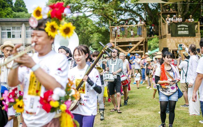 自然溢れる森の学校で、一日中音楽を楽しむことができます。GNJのステージを賑わしてくれるのは、県外からのゲストや、鹿児島で活動する音楽家たち。