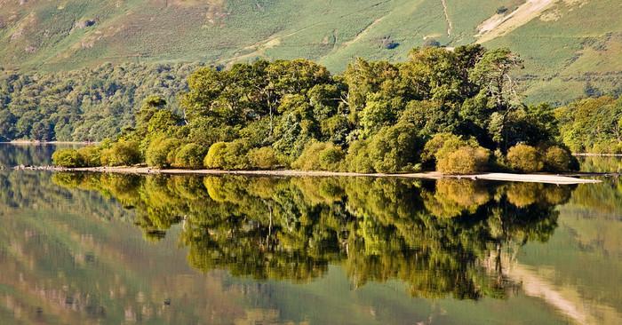 湖水地方北部に位置するダーウェント湖は、「湖水地方の女王」と呼ばれるひときわ美しい湖です。陽射しを浴びて煌めく湖面は、鏡のように周囲の景色を映し出し、ダーウェント湖周辺は、深山幽玄とした雰囲気が漂っています。