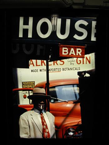 1950年代にファッション写真家として第一線で活躍していた写真家ソール・ライター。1980年代に突如、商業写真の世界を退いてからは、ニューヨークの自宅があるイーストヴィレッジ近辺を自由きままに撮影していました。