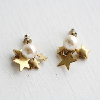 コットンパールと真鍮の小さな星のピアスです。どちらもやわらかく輝く素材で、クラシカルな可愛さがありますね。どんなテイストのコーディネートにも似合います。