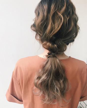 低めの位置でまとめるときは、あらかじめ全体を巻いておくのがおすすめです。髪を引き出してふんわりさせれば、エレガントなスタイルに。