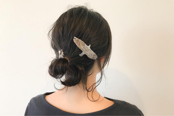 シンプルすぎるかなと思ったら、アクセサリーをひとつ足してみましょう。こちらの羽ばたく鳥のデザインは風に乗って軽やかなイメージに。