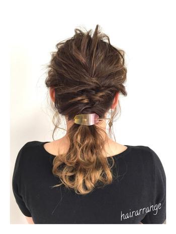 ルーズ感を出したボリュームのあるまとめ髪には、シンプルなマジェステがぴったり。クリアな素材が涼しげですね。
