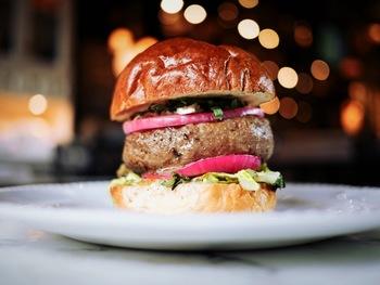 高さのあるお料理は、真横からのアングルでボリューム感を表現してみましょう!肉の厚みが伝わる、迫力のある写真です。