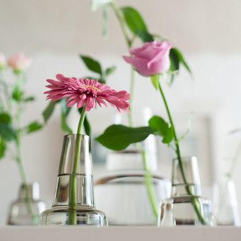 デンマーク王室御用達のHolmegaard(ホルムガード)のフラワーベース。花を主役にできるのがガラスの魅力、一輪の花でもこんなにおしゃれに。シンプルなのでどんなシーンにもなじみます。