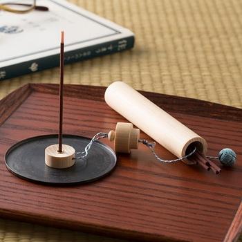 奈良県は桜井で作られた吉野檜の香筒と、宇治で織られた組紐を合わせた古都らしい一品。お香は梅の香りで古の華やかな様子に思いを馳せられそう。