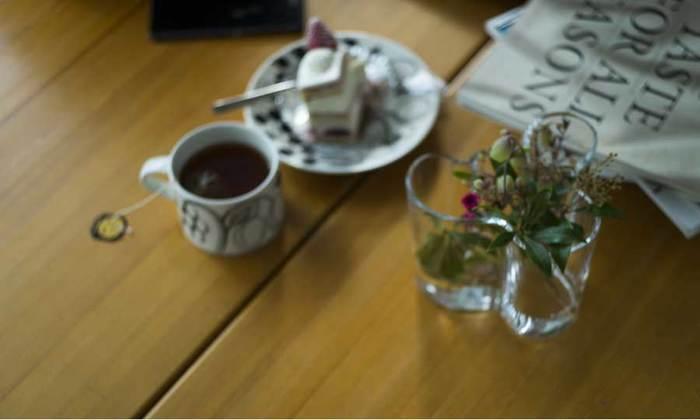iittala(イッタラ)のアールトベースには小さいお花やグリーンを。一番小さいものは95㎜のロータイプ。背が低いのでダイニングテーブルにちょこんと置くのもおすすめです。庭やベランダで摘んだ草花を飾るのにぴったり。