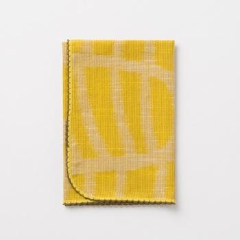 福岡の工芸、久留米絣で作られたハンカチです。ゆっくりと織ることにより、ふんわりと柔らかな肌触りに仕上がっています。みずほのデザインがどこかモダンで素朴な雰囲気。