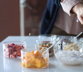 デコボコとした質感が懐かしく温かみのあるiittala(イッタラ)のFlora(フローラ)シリーズ。食事のトッピングなどをテーブルに並べるなら、中身が見えるガラスの器がぴったり!カラフルな食材がそのまま食卓を彩ります。