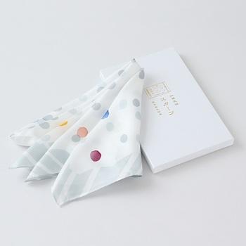シルク100%のしなやかなスカーフ。加賀五彩と言われる5色は一色ずつ手作業でぼかし刷りされています。伝統技術を身近に感じられる一枚です。