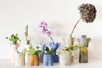 北欧スウェーデンを代表する陶芸作家であるリサ・ラーソン。その陶芸作品の愛らしさと優しい風合いは、世界各国で愛されています。今回は、そのリサ・ラーソンが1990年代に生み出した、ワードローブをモチーフにした陶器の花瓶をご紹介します。