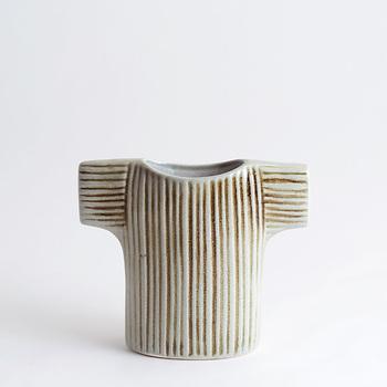ざっくりとしたニットのセーターをモチーフにした『セーター』は、手描きのストライプ模様が可愛らしい花瓶です。