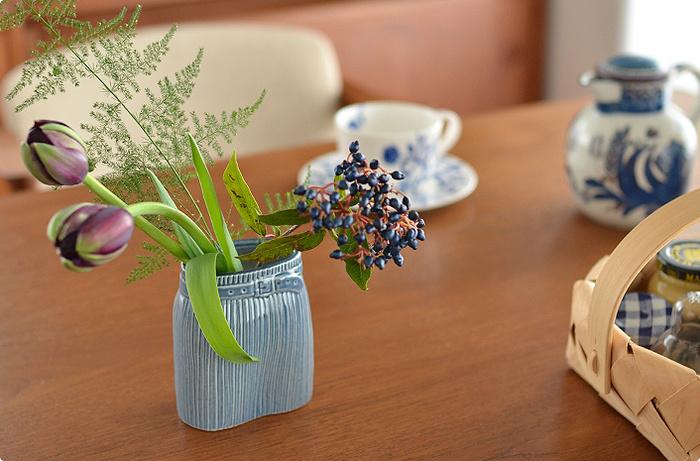 爽やかなブルーが映え、それだけでもお洒落なオブジェとして活躍します。愛嬌のあるその姿は、色鮮やかな植物を飾ると、とてもよく似合います。