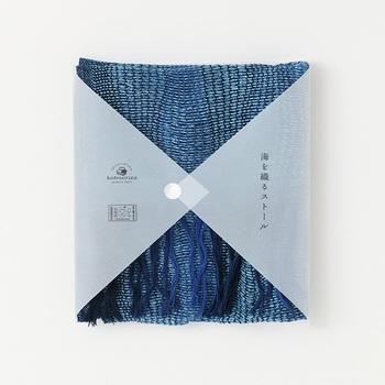 今治からは独自の織物技術を用いた風合い豊かなストールが。綿と麻の混合で、柔らかくさらりとした織りのストールです。深い藍は瀬戸内の海を連想させます。