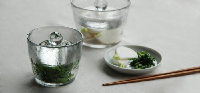 ころんとしたフォルムが印象的なガラス製の浅漬け鉢。見ためにも涼しげで、冷蔵庫から取り出してそのまま食卓へ。夏に食べたい、さっぱりとした浅漬けを手軽に楽しめます。