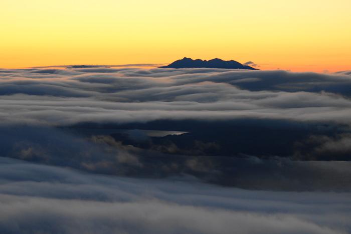 津別峠に宿泊するなら、ぜひ早起きして朝焼けを見たいもの。お天気によって、一面の雲海が見られるか、澄み切った屈斜路湖が見られるか、どちらにしても心洗われる絶景に出会えます。