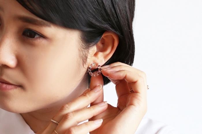 小さめのサークルのデザインは、大人の女性でもさりげなく付けて頂けます。小さいながら耳元でしっかりと透明感を発揮し、顔全体を明るくしてくれます。