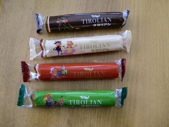 筒状のクッキーの中にクリームが入った、素朴な味が人気の「チロリアン」。バニラ、ストロベリー、コーヒー豆、抹茶の4種類があります。こちらはロングタイプ。ショートタイプ28本が袋に入った「チロリアンミックス」も。  定番の味の他、「あまおう(福岡)」「甘夏(能古島)」「八女玉露(八女・星野)」「マンゴー(宮崎)」など九州の特産品を使った限定品もあります。