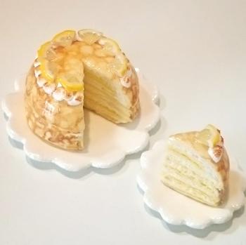 レモンのイエローが映える、白い器で。ケーキの裾から広がる、花びらのようなお皿のデザインがキュートです。