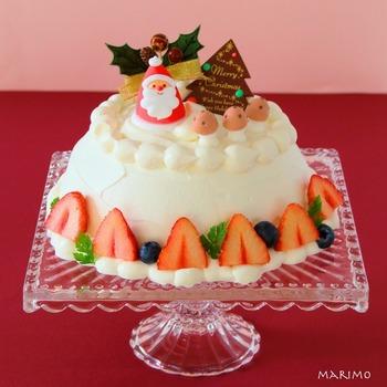 ドームケーキにぴったりなのが、コンポート皿。立体的なケーキがより華やかに見えます。 ガラスのコンポート皿の上にのせても素敵ですね。