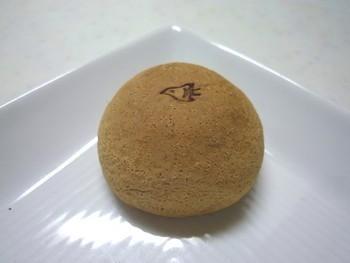 先ほどと同じ「千鳥屋」さんのお菓子。口どけがよく、素朴な味がたまりません。鳥の焼印も可愛い。ミニサイズなので、ついつい食べ過ぎてしまうかも。