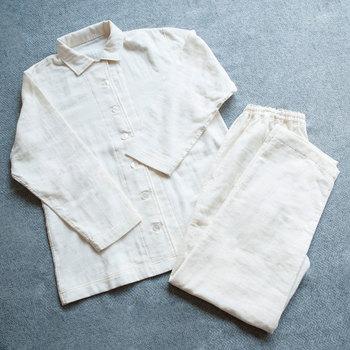 何を着て寝るかによって睡眠の充実度も変わってきます。ぐっすり眠りたい時には、パジャマの素材選びにもこだわってみましょう。こちらはダブルガーゼのパジャマ。肌触りが良く、体を締め付けないようにウエストの調節も可能です。